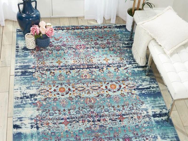 استفاده از فرش آبی و مبلمان سفید در دکوراسیون خانه